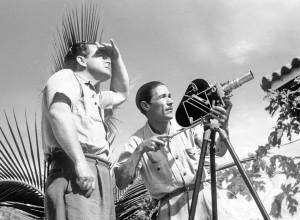 Luis Osorno con cámara en filmación de los años cuarenta