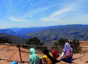 Familia admirando el paisaje