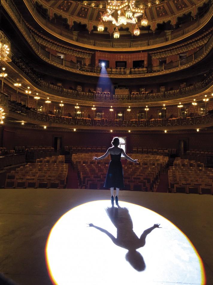 Ana Claudia Talancón en el interior del teatro © SECTUR
