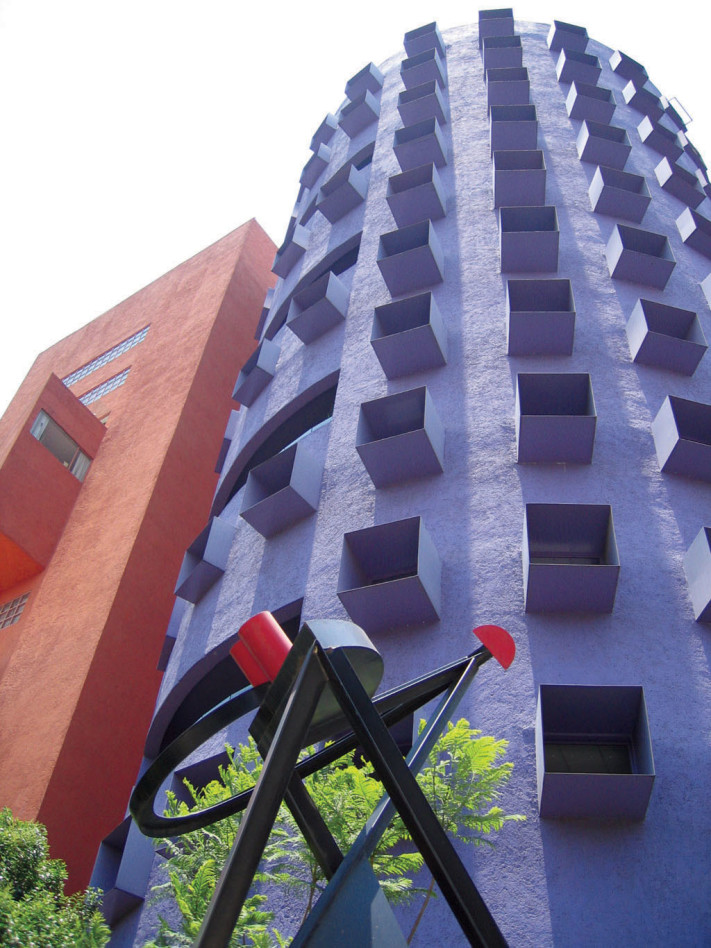 torre horizontal con escultura