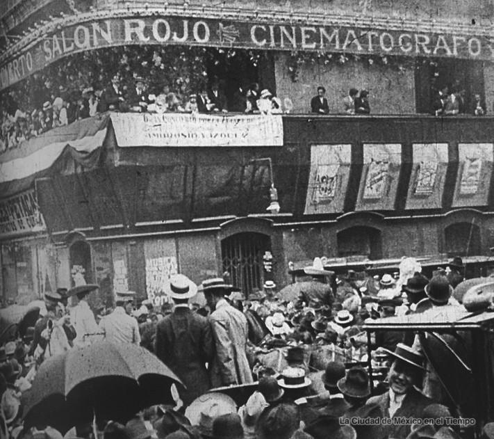 La multitud se agolpa afuera del Salón Rojo para vitorear a Francisco I. Madero Imagen Fundación Salvador Toscano
