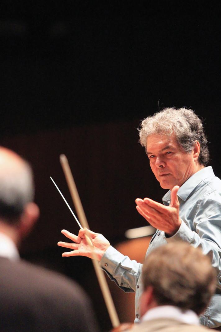 Arturo Márquez dirigiendo la OFUNAM © UNAM