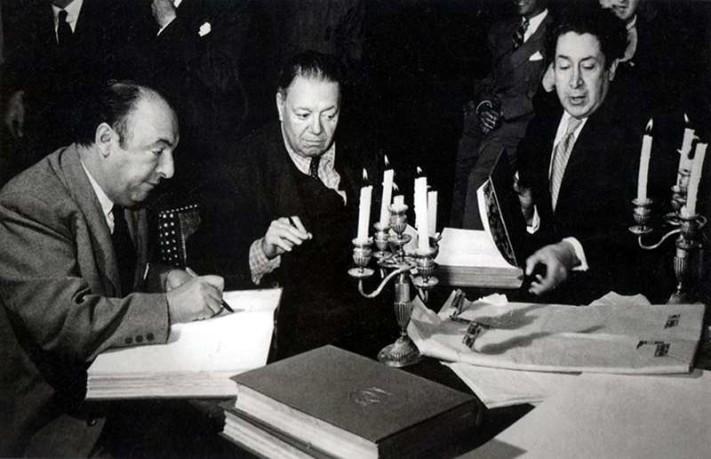 Con Diego Rivera y Siqueiros, en 1950, en la firma de la primera edición de Canto General
