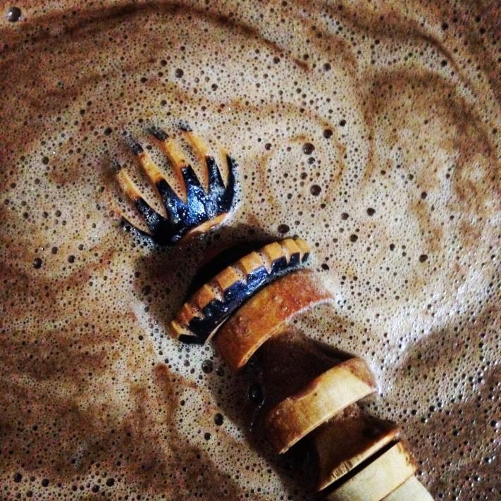 © Karina Flores. Chocolate de Oaxaca y molinillo.
