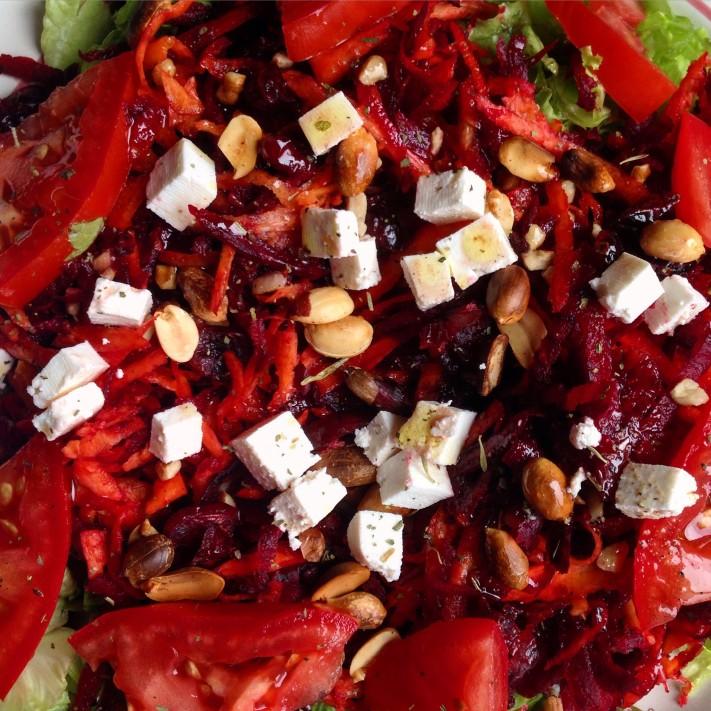 © Karina Flores.  Ensalada de lechuga italiana con betabel y zanahoria.