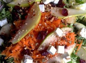 Ensalada de lechuga escalora con pera y zanahoria.