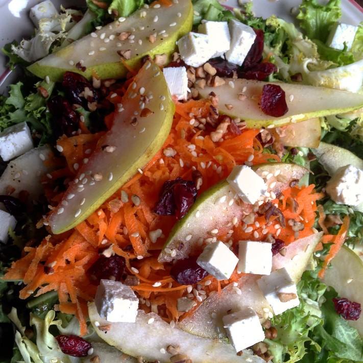 © Karina Flores.  Ensalada de lechuga escalora con pera y zanahoria.