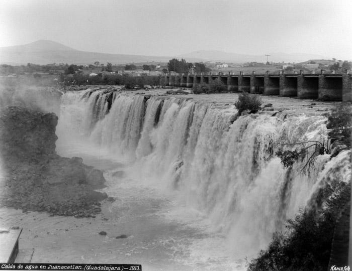Caída de agua en Juanacatlán, Guadalajara, 1923. © Fondo Fam. Álvarez Bravo y Urbajtel. | Guillermos Kahlo, INAH