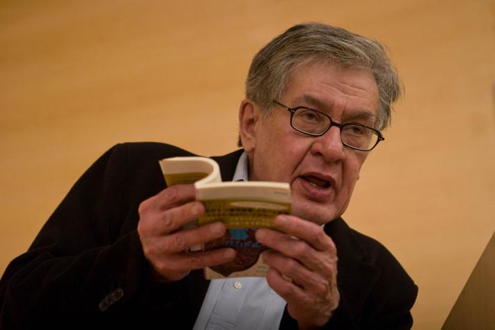MÉXICO, D.F., 13OCTUBRE2011.- El escritor José Emilio Pacheco acudió al Colegio de México, donde fue galardonado con el Premio Alfonso Reyes. En la imagen, el poeta durante su ponencia. FOTO: ISAAC ESQUIVEL/CUARTOSCURO.COM